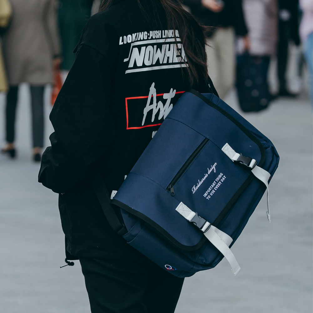 CLAP CLAP MESSENGER BAG (NAVY)