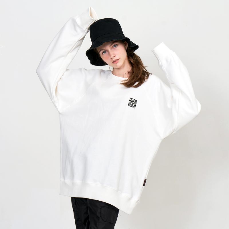 [UNISEX] 오버핏 드랍숄더 베이직 심볼자수 맨투맨 (스웨트셔츠) 화이트