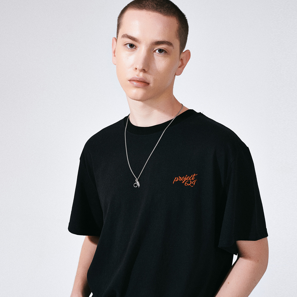 (UNISEX) 스탠다드 자수 로고 티셔츠 블랙