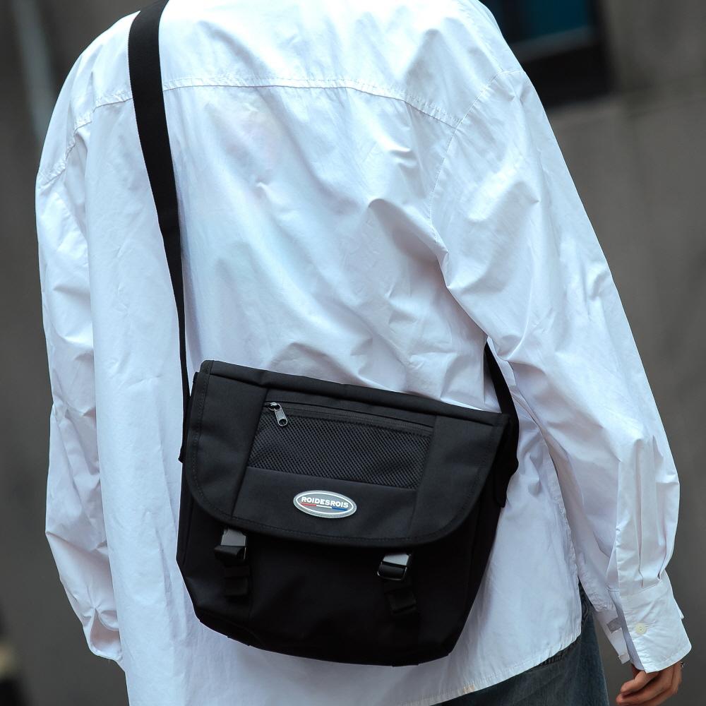R RUBBER LABEL MESSENGER BAG (BLACK)