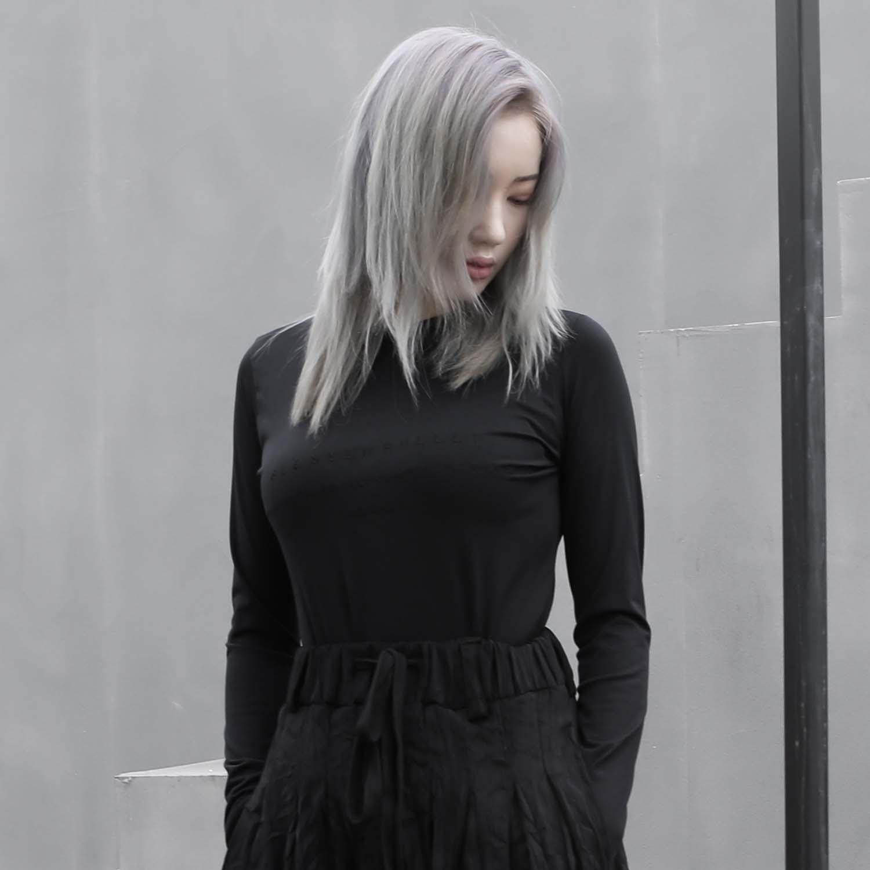[블레스드뷸렛]우먼 테크니컬 자수로고 슬림 긴팔티셔츠_블랙